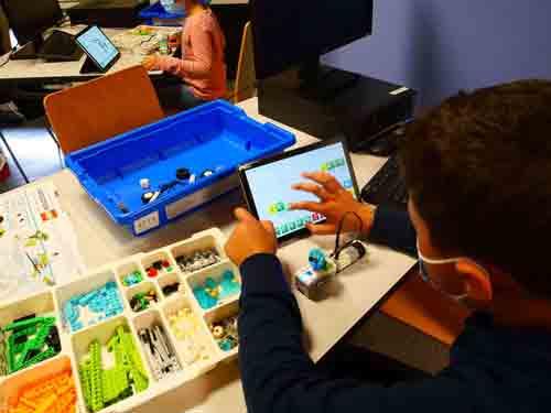 Enfant qui programme un Lego Wedo