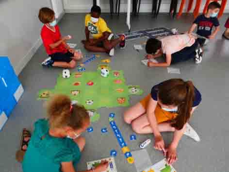 Groupe d'enfants qui programment des robots Mtyni